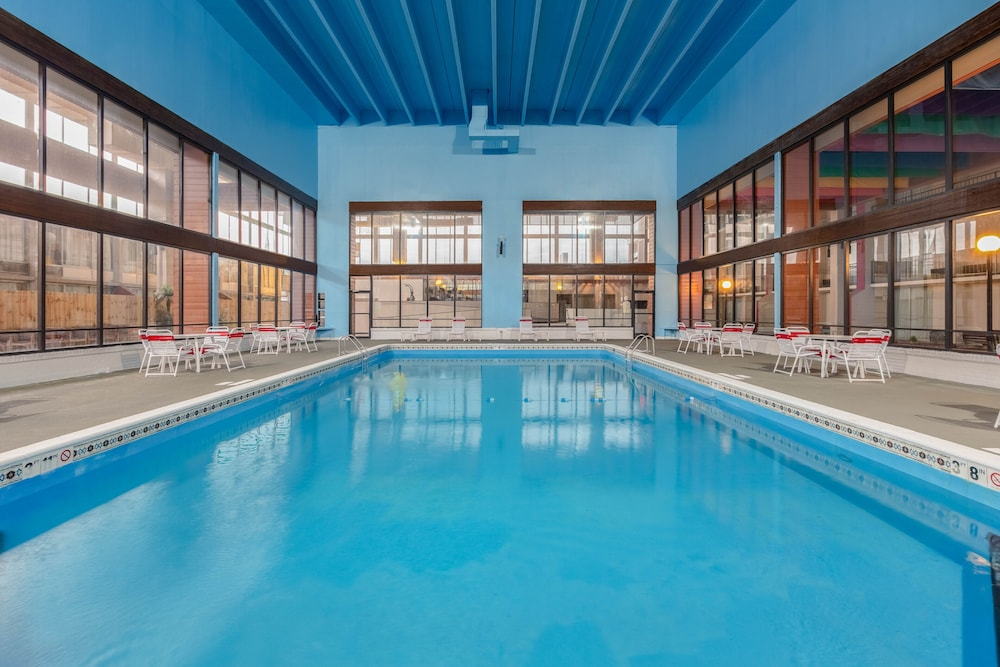 Pool, Ramada by Wyndham Texarkana