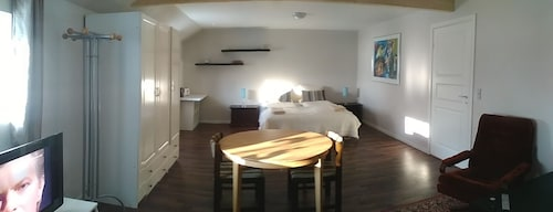 Super Dobb Room, 35m2 With TV, Wifi, Kingsize bed and Private Bathroom