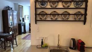Kühlschrank, Mikrowelle, Wasserkocher mit Kaffee-/Teezubehör