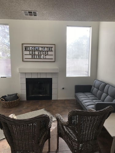 Sleeps 18! Comfy and Cozy With all the Essentials! Quiet Neighborhood