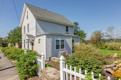 NEW Listing! Classic Maine Cottage w/ Deck, Yard & Grill - 1/2 Block to Beach