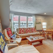 NEW Listing! Renovated 1920s ski Condo, Walk to Dining, on bus Route to Slopes!