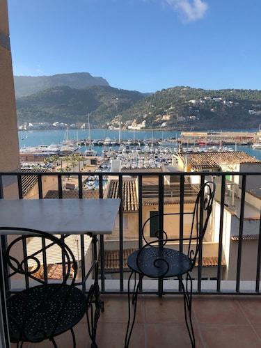Sea front apartment with spectacular views over the harbor (WIFI and SAT TV)