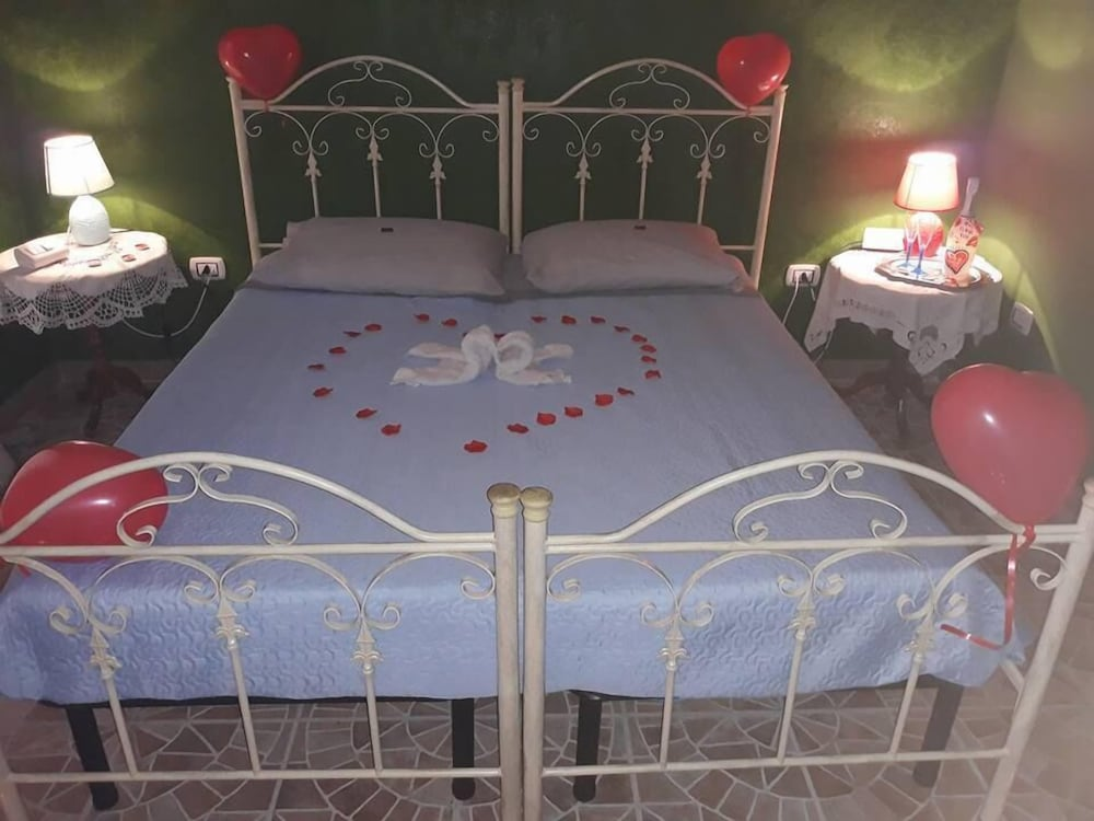 Camera Matrimoniale A Grottaglie.B B Miccoli Grottaglie Italia Expedia It