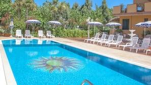 Piscina interna, piscina externa sazonal, guarda-sóis, espreguiçadeiras
