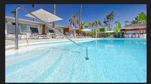 Una piscina al aire libre (de 10:00 a 17:00), sombrillas, tumbonas