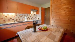 Full-size fridge, oven, stovetop, coffee/tea maker