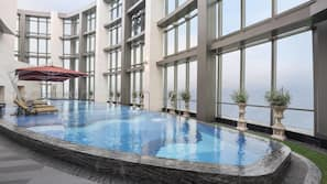 室內泳池、季節性室外泳池;07:00 至 23:00 開放;泳池傘、躺椅