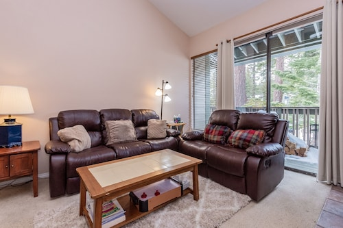 Crestview C #12 -spacious 3 Bed/ 3 Bath. End Unit. Sleeps 10. Close to Canyon Lodge