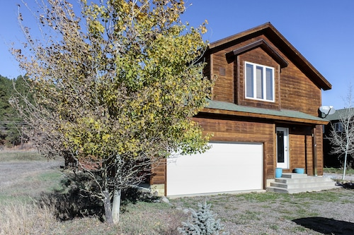 NEW Listing! Mountain View Townhome W/wood Stove - Near Skiing & hot Springs