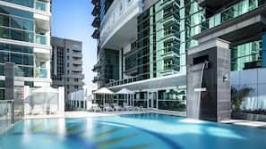 室外泳池;07:00 至 20:00 開放;泳池傘、躺椅
