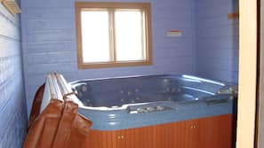 Combined shower/tub, towels