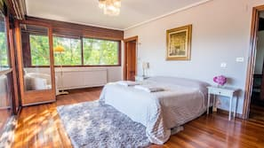 8 bedrooms, iron/ironing board, WiFi, linens