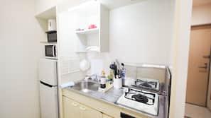 Full-sized fridge, microwave, hob, electric kettle