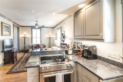 800a - 2BR Oasis Downtown With New Orleans Charm