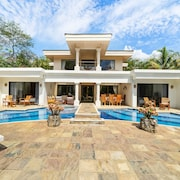 Beachfront House, Private Pool & Large BBQ Area!