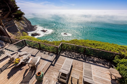 Oceanfront Vacation Home - Spectacular Views; Hot Tub; Wi-fi