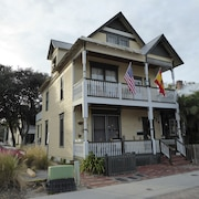 Downtown Hideaway, Studio Accommodations, in the Heart of the Historic District