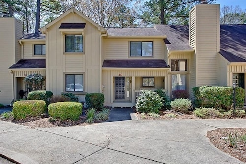4 Bedroom Townhome Located in a Gated Golfcourse Community With Lake Access