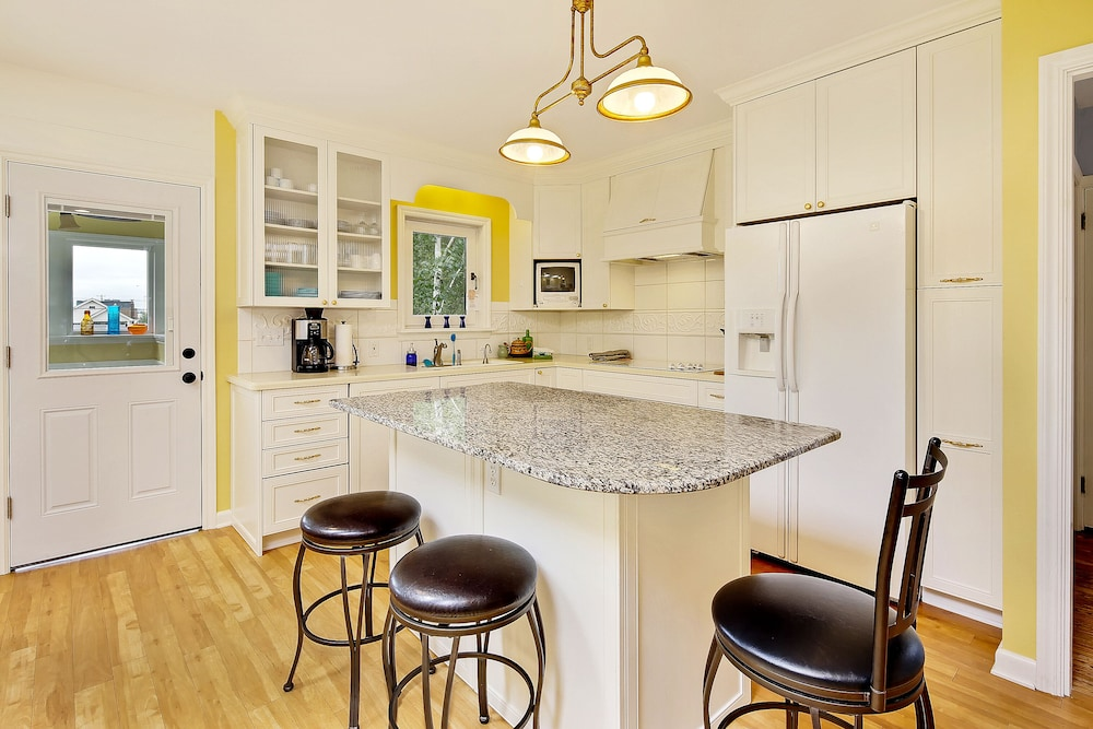 Private Kitchen, Beautiful Alki Beach Home 10 Min to City of Seattle/20 From Seatac Airport