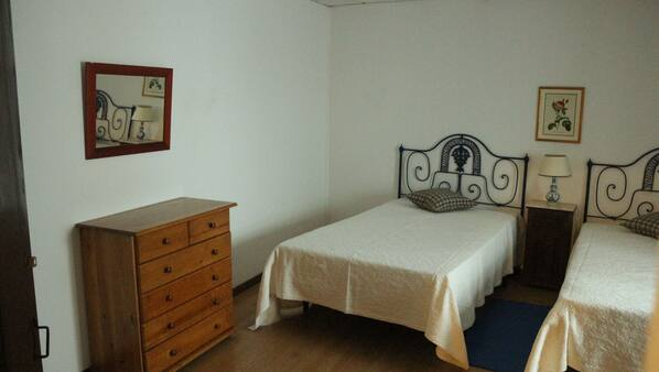 2 bedrooms, cots/infant beds, Internet