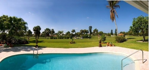 Luxury Villa in Prime Location, Walking Distance to the Beautiful Beaches