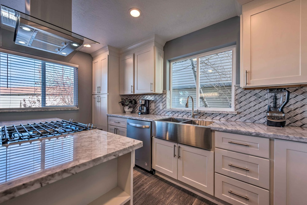 Private Kitchen, Luxury Sandy Home - 19 Mi to Salt Lake City!