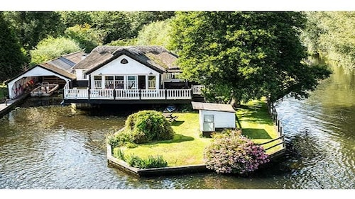 Stunning Wroxham Holiday Cottage on the River Bure With Private Boat Sleeps 10