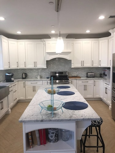 Long Beach House Walking Distance to Beach, Shopping, Restaurants, & Nightlife