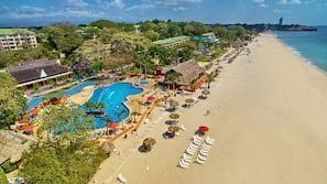 Ubicación a pie de playa, arena blanca, tumbonas y masajes en la playa