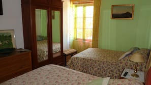 5 bedrooms, iron/ironing board, WiFi, bed sheets