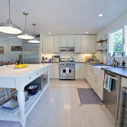 Heated Pool Gourmet Kitchen Open Concept 5min Walk to Town, Bike to Wineries