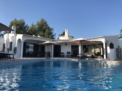 Fantastic Villa With Swimming Pool, Private Tennis Court and Beautiful Garden at Lagos