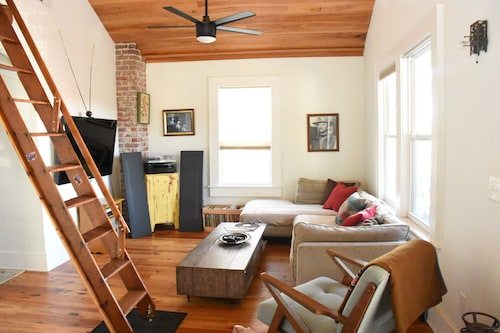 Downtown Getaway. 2 Living Rooms 2 Master Bedrooms! Great for Groups