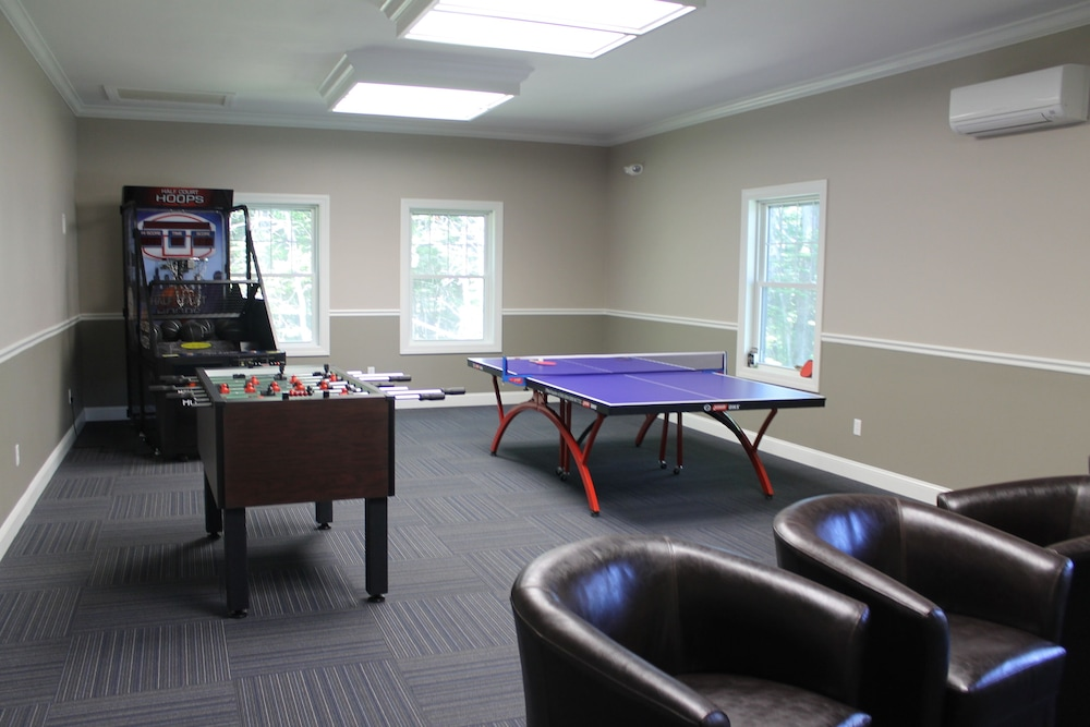 Game Room, Beautiful Summerscape Cottage - Wells Maine