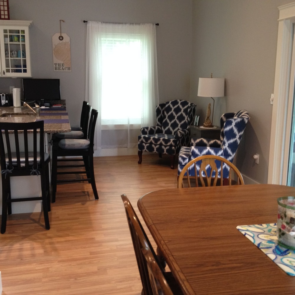 In-Room Dining, Beautiful Summerscape Cottage - Wells Maine