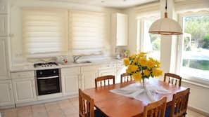 Großer Kühlschrank, Ofen, Herd, Geschirrspüler