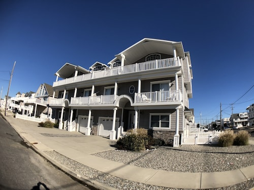 Just off Beach Block Spacious Town Home With and Easy Walk to the Beach!!