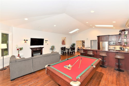 Luxurious Entertainment House in Downtown Toronto With Private Ravine Backyard