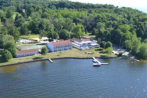 Great Place to stay Buzz's Lakeside Inn near Whitehall