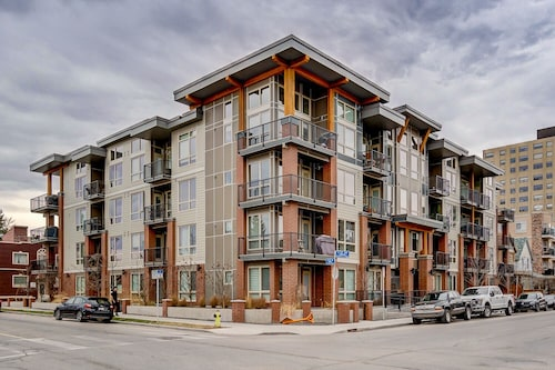 Bright, Comfortable, Entertainment District,10 Minute Walk to Calgary Stampede
