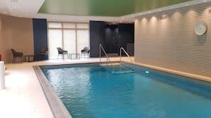 Una piscina cubierta (de 8:00 a 20:00), tumbonas