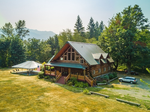 10 Bedroom Log Lodge, Sleeps 29, 10 View Acres, Perfect for Groups and Weddings