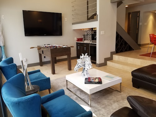 THE Uptown Party House! Sleeps 17! VIP Modern Condo With 8 Person Spa!!!