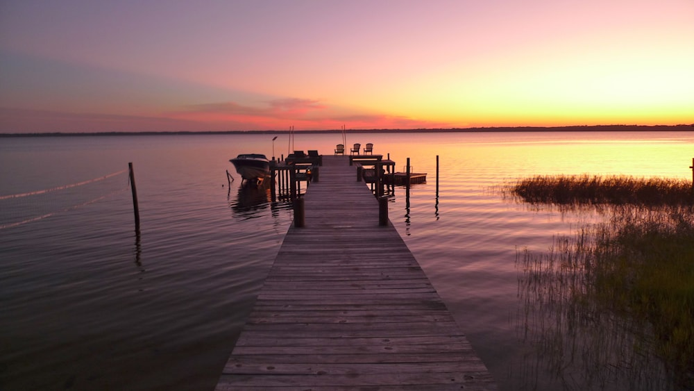 Featured Image, Old Florida Sunsets Delights at Lake House Retreat With Spectacular Beach & Dock
