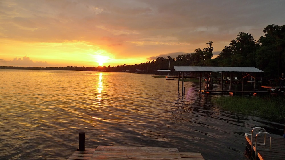 , Old Florida Sunsets Delights at Lake House Retreat With Spectacular Beach & Dock