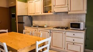 Full-sized fridge, hob, cookware/dishes/utensils