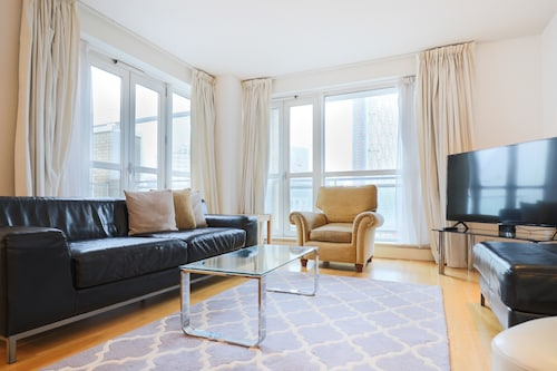 2 Bedroom Apartment With Stunning Views of Canary Wharf