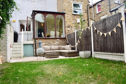 2 Bedroom House in Bow With Garden