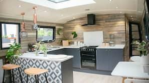 Kjøleskap, ovn, kokeplater og vannkoker